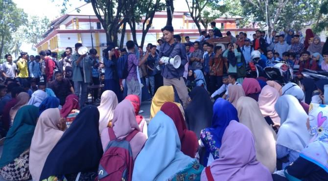 Aksi demo mahasiswa IAIN Imam Bonjol Padang