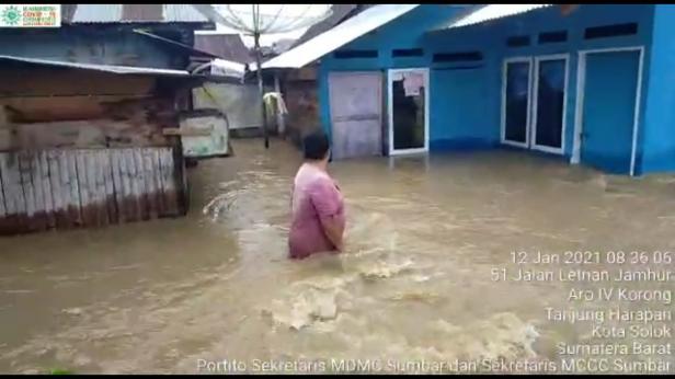 Kondisi banjir yang merendam rumah warga di kelurahan Aro IV Korong