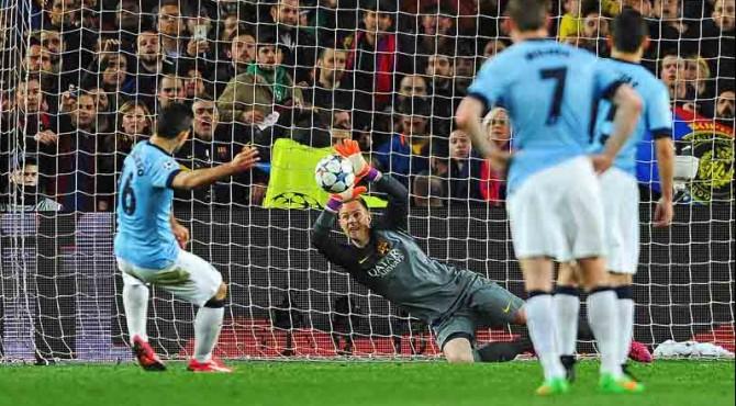 Tendangan penalti Kun Aguero digagalkan kiper Barcelona, Ter Stegen.
