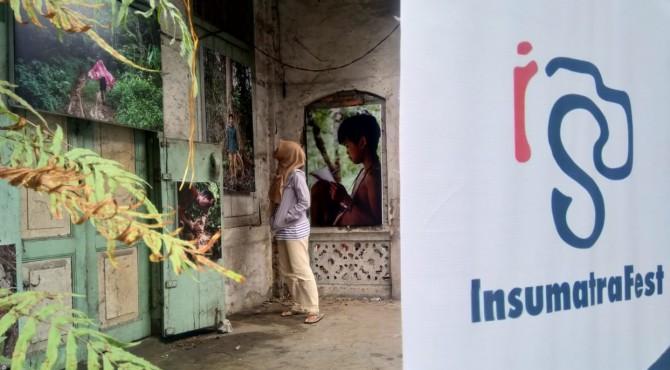 Pengunjung menikmati salah satu karya fotografer Sumatra Barat dipajang di kawasan Pondok di Padang