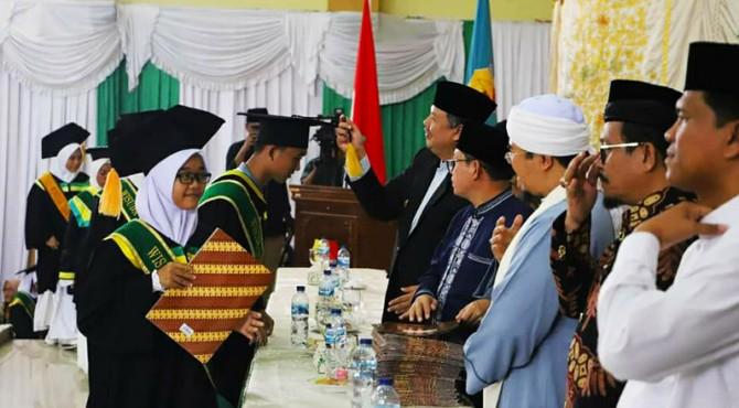 Walikota Solok, Zul Elfian mewisuda Hafiz dan Hafizah yang lulus seleksi 1000 Hafiz kota Solok 2019