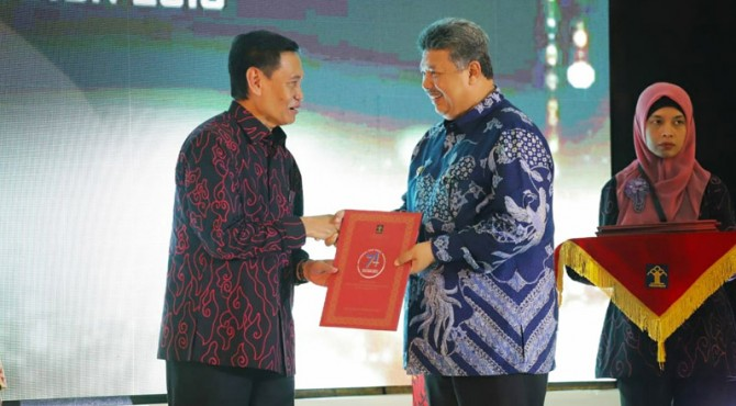 Wako Solok, Zul Elfian menerima penghargaan kota peduli HAM dari Kemenkum HAM.