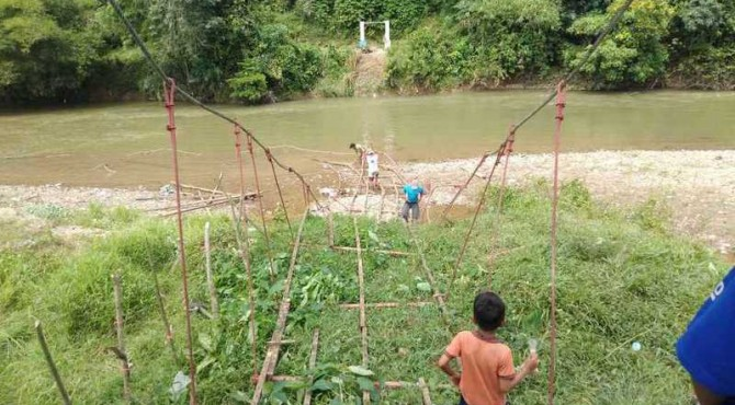 Jembatan gantung di Koto Baru Sijunjung pasca ambruk