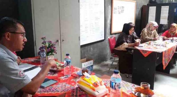 Kepala Biro CSR Semen Padang, Dasril, memaparkan sejumlah usulan program CSR kepada Forum Nagari Lambung Bukit saat rapat koordinasi bulanan di Kantor Lurah Lambung Bukit, Selasa, 15/11
