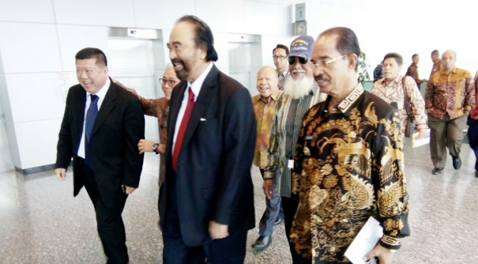 Bupati Pasaman, Yusuf Lubis bersama praktisi Pers Nasional,�Surya Paloh menuju tempat acara.