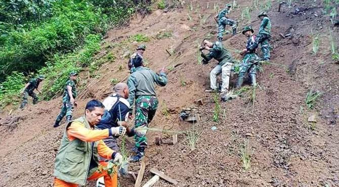 Tim gabungan dari BPBD Padang, TNI serta stakeholder kebencanaan menanam akar wangi di kawasan Sitinjau Lauik.