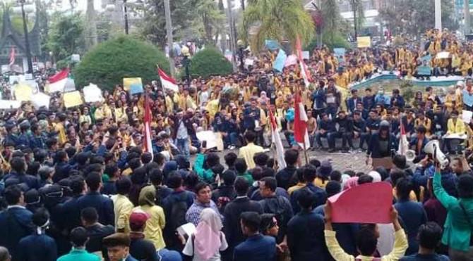 Aksi mahasiswa di depan DPRD Sumbar hari ini