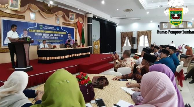 Gubernur Sumbar, Irwan Prayitno saat memberikan pemaparan di hadapan kepala sekolah SMA dan SMK di Auditorium, Jumat (17/6) lalu