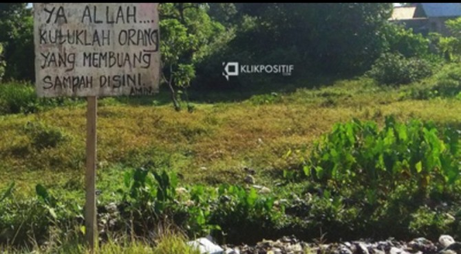 Plang pelarangan membuang sampah di Kurao Pagang, Kecamatan Nanggalo, Kota Padang