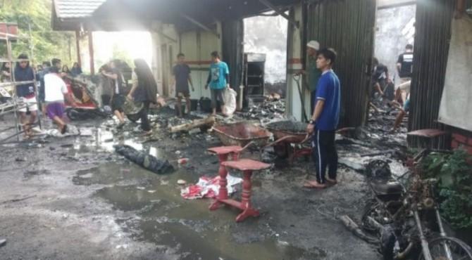 Kondisi minimarket setelah terbakar