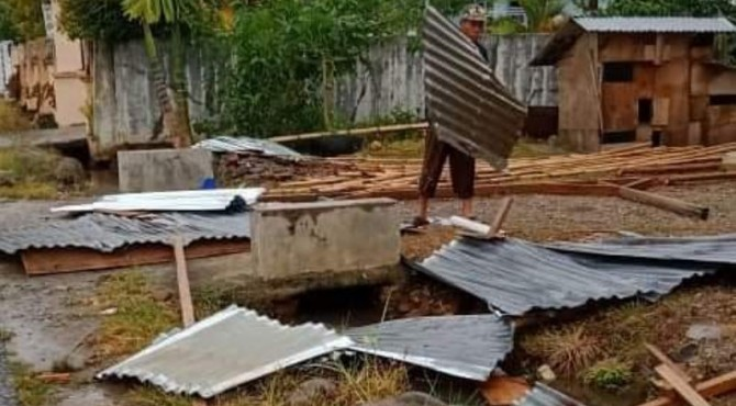 Kerusakan rumah warga Solok Selatan akibat angin kencang disertai hujan