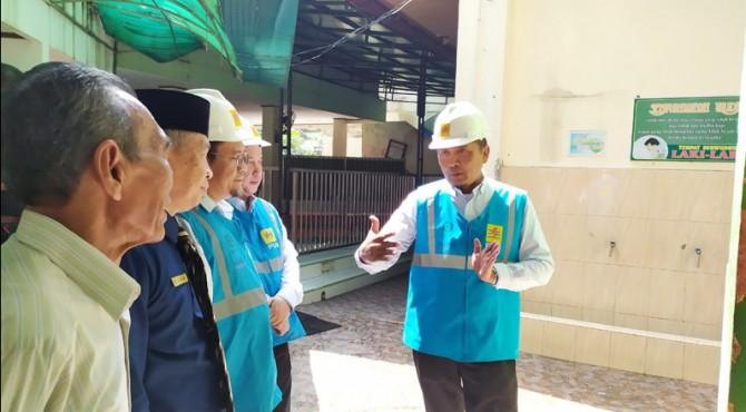 GM PLN UIW Sumbar saat melakukan pemeriksaan instalasi listrik pelanggan di SMP Negeri 1 Padang, Selasa (3/9)