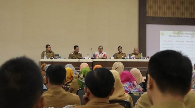 Wali Kota Payakumbuh pada saat menggelar rapat koordinasi Intensifikasi PBB-P2 di Balai Kota Payakumbuh, Senin (18/3).