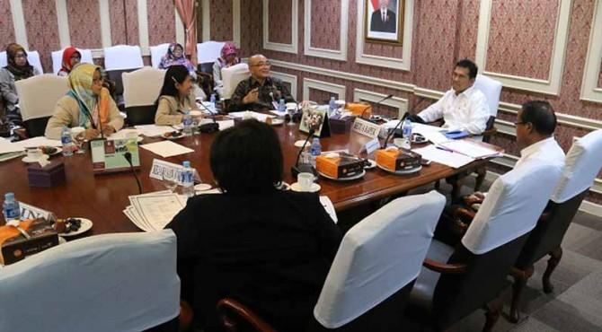 Menteri PANRB Asman Abnur selaku Ketua BAPEK memimpin sidang BAPEK di kantor Kementerian PANRB, Selasa (24/10).
