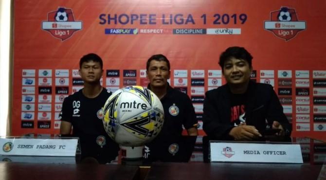 Pelatih Semen Padang FC, Weliansyah saat sesi konferensi pers jelang laga, Sabtu kemarin.