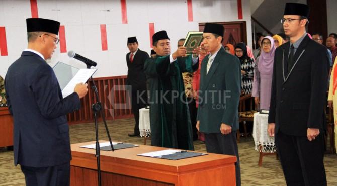 Rektor Unand melantik dua dekannya, Rabu pagi.