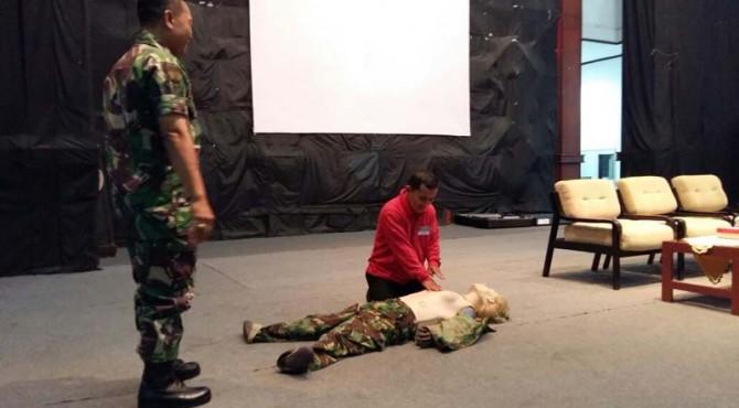 Salah seorang anggota TRC Semen Padang mengikuti simulasi pertolongan kepada korban bencana, Rabu (24/8)