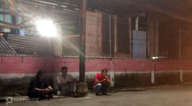 Sejumlah warga Padang duduk di jalanan usai merasakan guncangan gempa