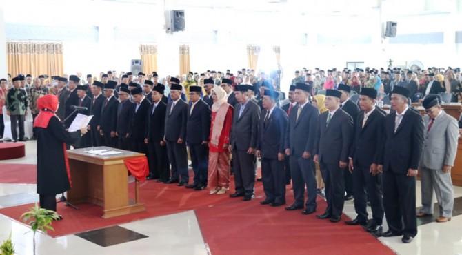 Pengucapan Sumpah Anggota DPRD Tanah Datar Masa Jabatan 2019 - 2024 dipandu Ketua PN Batusangkar, Tiwik, SH. M.Hum