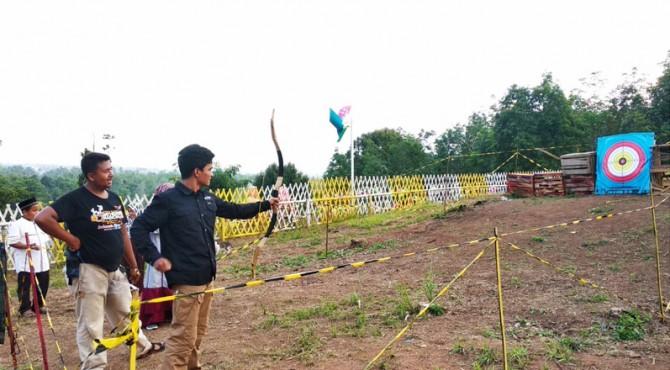 Pengunjung berlatih panahan di taman Kitiran kota Solok