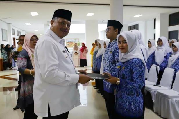 Wako Solok Zul Elfian menyerahkan SK pengangkatan PNS Kota Solok