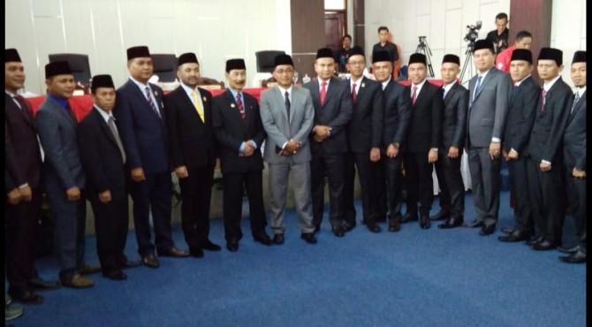 Bupati Solok Selatan Muzni Zakaria, Ketua pengadilan koto baru Solok Purnomo Hadiyanto foto bersama Anggota DPRD terpilih