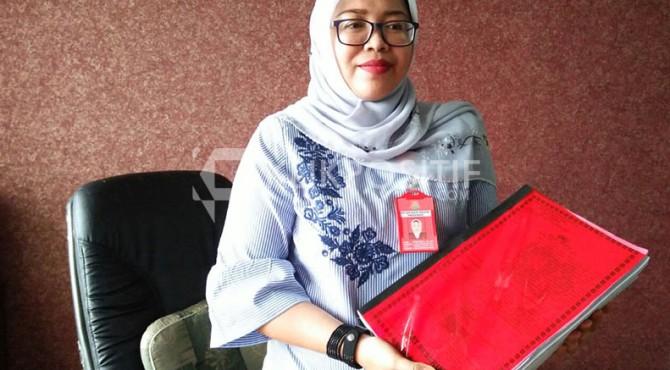 Jaksa Penuntut, Dian Eka Sari Memperlihatkan Berkas Korupsi Ketua KONI Kota Pariaman