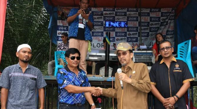 Bupati Pasbar, Syahiran berjabat tangan dengan pemilik lokasi Track Cross BKMSC Nazar Lubis