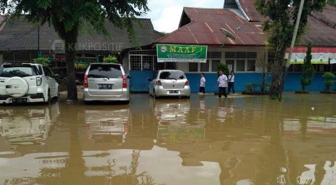 Diguyur hujan deras, SMPN 27 Padang digenangi air.