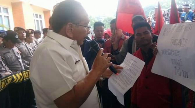 Baharuddin Raaban membacakan satu persatu isi tuntutan mahasiswa