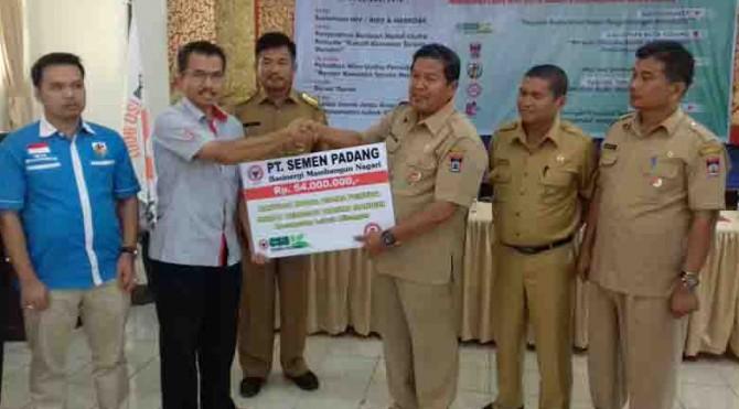 Kepala Biro CSR PT Semen Padang, Dasril (kiri) menyerahkan secara simbolis bantuan dana hibah Rumah Kemasan Taruna Mandiri kepada Kepala Koperasi dan UMKM Kota Padang, Yunisman