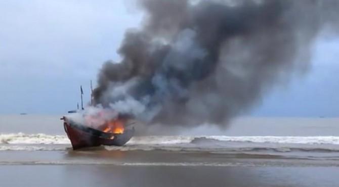 Insiden pembakaran kapal pengguna pukat harimau di Muaro Kandis Punggasan 2018 lalu