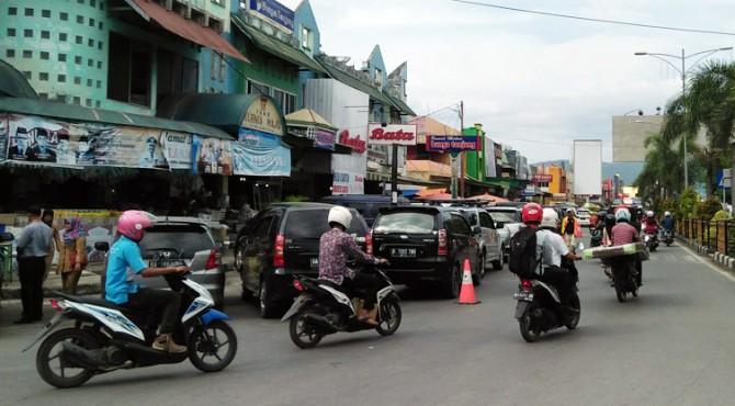 Parkir yang memakan setengah badan jalan di depan Bundo Kanduang, Pasar Raya Solok.