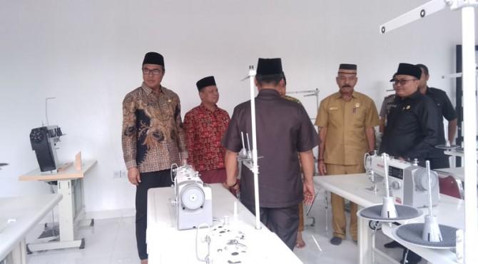 Wakil Bupati Solok Selatan Abdul Rahman meninjau salah satu ruangan BLK Komunitas Pondok Pesantren Bustanul Huda Malus sesaat setelah diresmikan, Selasa 19 November 2019