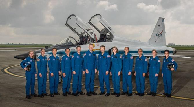 12 Astronot NASA: (dari kiri) Zena Cardman, Jasmin Moghbeli, Jonny Kim, Frank Rubio, Matthew Dominick, Warren Hoburg, Robb Kulin, Kayla Barron, Bob Hines, Raji Chari, Loral O 'Hara dan Jessica Watkins