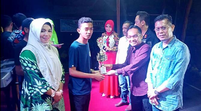 Anggota DPRD Pasaman, Yulisman bersama Wakil Bupati Pasaman, Atos Pratama saat menyerahkan hadiah kepada pemenang