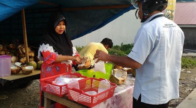 Eli (37) manfaatkan Ramadan 1438 Hijriah raup penghasilan dari berjualan kelapa