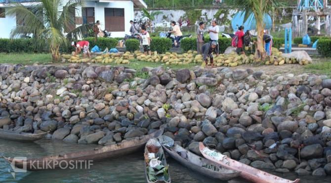 Aktivitas jual beli di Sikakap, Mentawai.