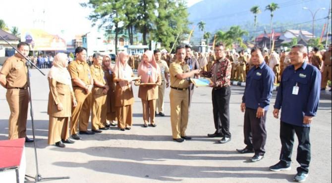 Sekretaris Daerah Kabupaten Pasaman Drs. H. MARA ONDAK sedang menyerahkan PIAGAM dan Uang pemninaan kepada Juara I : KP