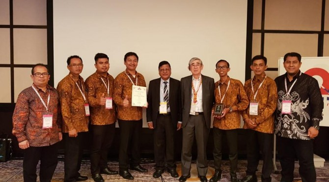 Tim Extrill Semen Padang diabadikan bersama offisial.Tampak mendampingi tim, Wakil Departemen Pemeliharaan Semen Padang Abdul Hakim Lubis (paling kiri), dan Staf TPM Officer, Hernes (paling kanan)
