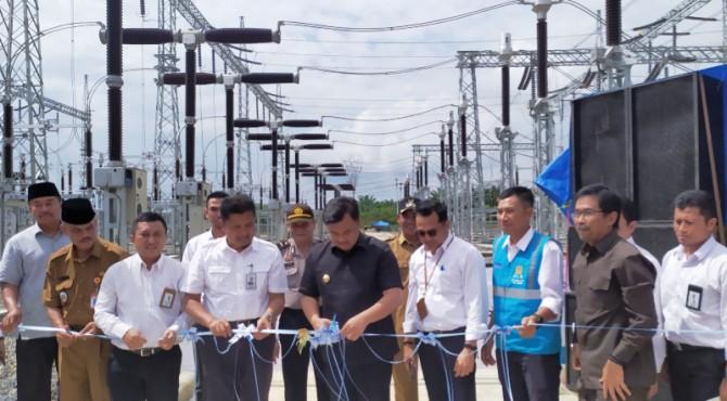 Pengguntingan pita tanda diresmimannya GI Sungai Rumbai oleh GM PLN UIW Sumbar Bambang Dwiyanto (empat dari kiri) dan Bupati Dharmasraya Sutan Riska Tuanku Kerajaan (lima dari kanan)