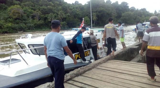 Petugas Polair ikut mencari korban yang hilang di laut
