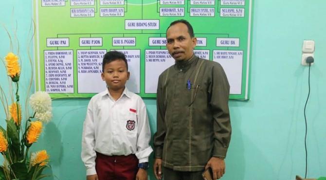 Habibul Ahmad Alfajri  bersama kepala sekolah SD RJ Payakumbuh, Eriyanto
