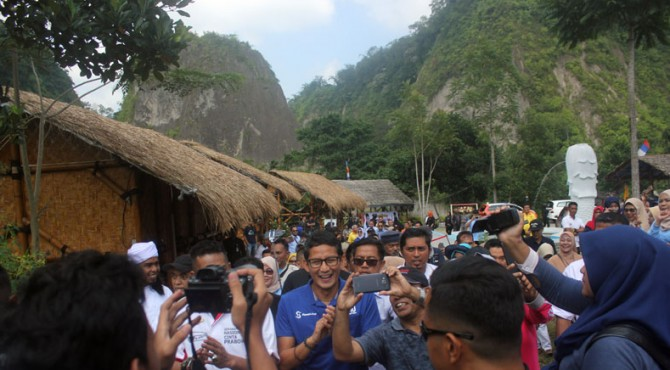 Sandiaga Uno saat tiba di tempat wisata Rumah Pohon Inyiak kawasan Ngarai Sianok Bukittinggi, Rabu (06/03/2019)