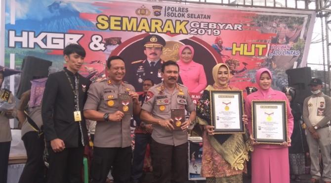 Museum Rekor Indonesia (MURI) Memberikan Piagam Rekor Dunia Tari Piring terbanyak kepada Kapolda Sumbar Irjenpol Fakhrizal dan Kapolres Solok Selatan AKBP Imam Yulisdianto