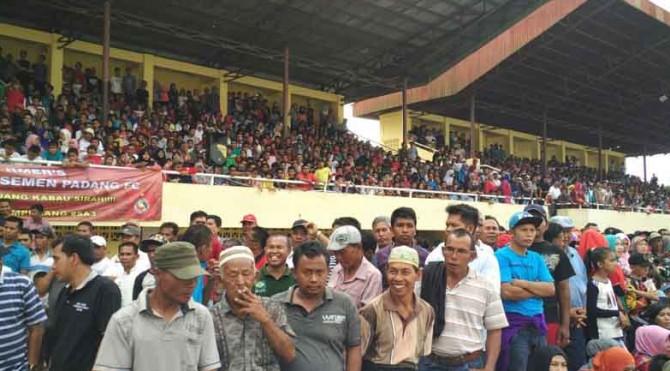 BLUDAK | Ribuan penonton menyaksikan laga aman Semen Padang FC VS Pasaman Selection.