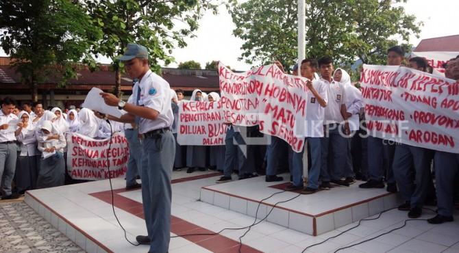 Ratusan siswa SMAN 5 Padang menggelar demo untuk meminta Kepala Sekolah mereka mundur.