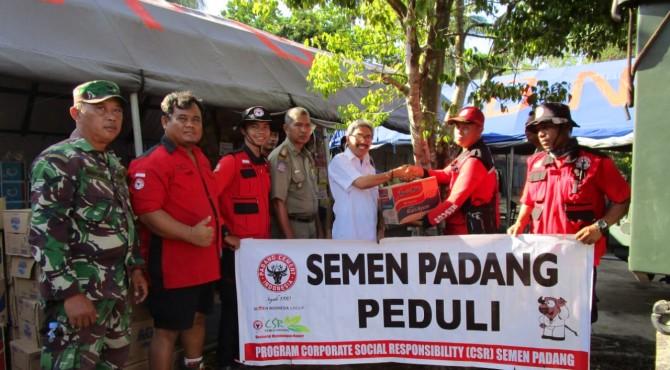 Anggota TRC Semen Padang menyerahkan bantuan Semen Padang Peduli kepada BPBD Bengkulu Tengah di Posko Tanggap Darurat Banjir Bengkulu