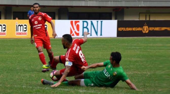 Marcel saat dilanggar oleh pemain belakang Bhayangkara FC, tapi malah mendapatkan kartu merah karena protes dan mengganjal wasit.