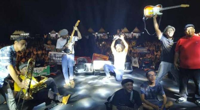 Shaggy Dog saat konser di Stadion Batu Batupang, Solok.